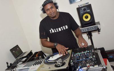 DJ Alfa Drum imparte clases de manejo de disco (Disk Jokey)